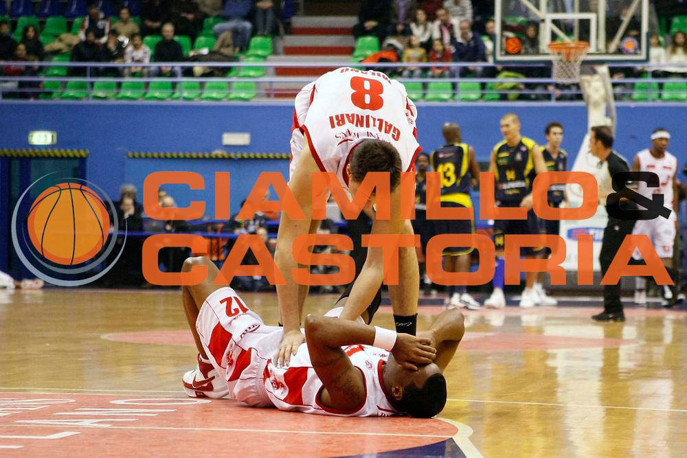 DESCRIZIONE : Milano Lega A1 2007-08 Armani Jeans Milano Legea Scafati <br /> GIOCATORE : Danilo Gallinari Melvin Booker <br /> SQUADRA : Armani Jeans Milano <br /> EVENTO : Campionato Lega A1 2007-2008 <br /> GARA : Armani Jeans Milano Legea Scafati <br /> DATA : 22/12/2007 <br /> CATEGORIA : Infortunio <br /> SPORT : Pallacanestro <br /> AUTORE : Agenzia Ciamillo-Castoria/C.Scaccini