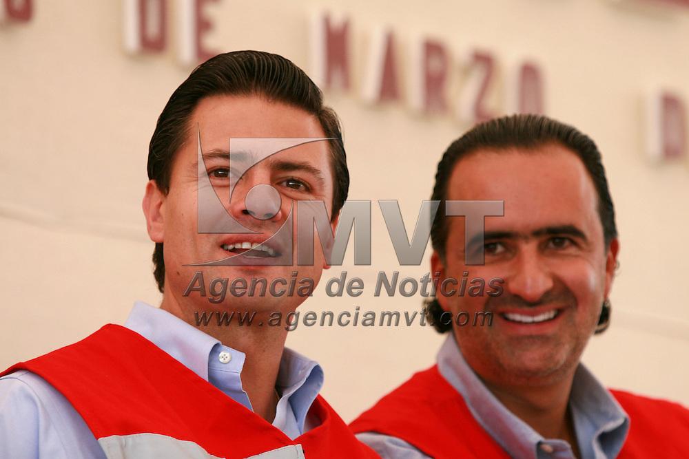 Toluca, Mex.- Enrique Pe&ntilde;a Nieto, gobernador del Estado de M&eacute;xico, conversa con Luis Maccise Uribe, delegado en la entidad de Cruz Roja, durante el acto donde rindieron protesta las integrantes del consejo directivo de la Cruz Roja en Toluca. Agencia MVT / Mario Vazquez de la Torre. (DIGITAL)<br /> <br /> <br /> <br /> <br /> <br /> <br /> <br /> NO ARCHIVAR - NO ARCHIVE