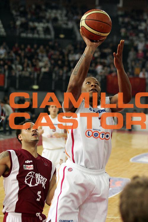 DESCRIZIONE : Roma Lega A1 2005-06 Lottomatica Roma-Basket Livorno<br /> GIOCATORE : Hawkins<br /> SQUADRA : Lottomatica Virtus Roma<br /> EVENTO : Campionato Lega A1 2005-2006<br /> GARA : Lottomatica Virtus Roma Basket Livorno<br /> DATA : 04/02/2006 <br /> CATEGORIA : Tiro entrata<br /> SPORT : Pallacanestro <br /> AUTORE : Agenzia Ciamillo-Castoria/E.Castoria