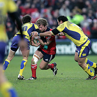 Munster Jerry Flannery breaks the Tackle of Clermont Auvergne players during their  Heineken Cup game in Thomand Park on Saturday.<br /> Pic. Brian Arthur/ Press 22