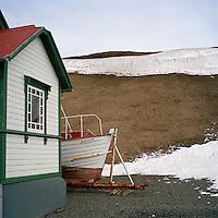 Báturinn Skrúður felur sig á bak við Vesturfarasetrið á Hofsós. The boat Skrudur hides behind the Icelandic Emigration Center at Hofsos, North Iceland.