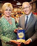Laurentien ontvangt eerste exemplaar bloemlezing LEES!