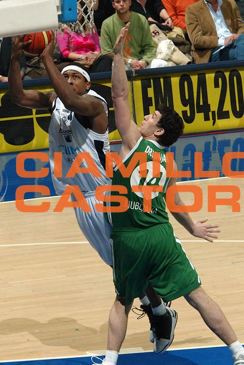DESCRIZIONE : Bologna Eurolega 2005-2006 Climamio Fortitudo Bologna Olimpia Lubiana<br /> GIOCATORE : Watson<br /> SQUADRA : Climamio Fortitudo Bologna<br /> EVENTO : Bologna Eurolega 2005-06 Climamio Fortitudo Bologna Olimpia Lubiana<br /> GARA : Climamio Fortitudo Bologna Olimpia Lubiana<br /> DATA : 01/02/2006 <br /> CATEGORIA : Tiro<br /> SPORT : Pallacanestro <br /> AUTORE : Agenzia Ciamillo-Castoria/G.Livaldi<br /> Galleria : Eurolega 2005-2006<br /> Fotonotizia : Bologna Eurolega 2005-06 Climamio Fortitudo Bologna Olimpia Lubiana<br /> Predefinita :