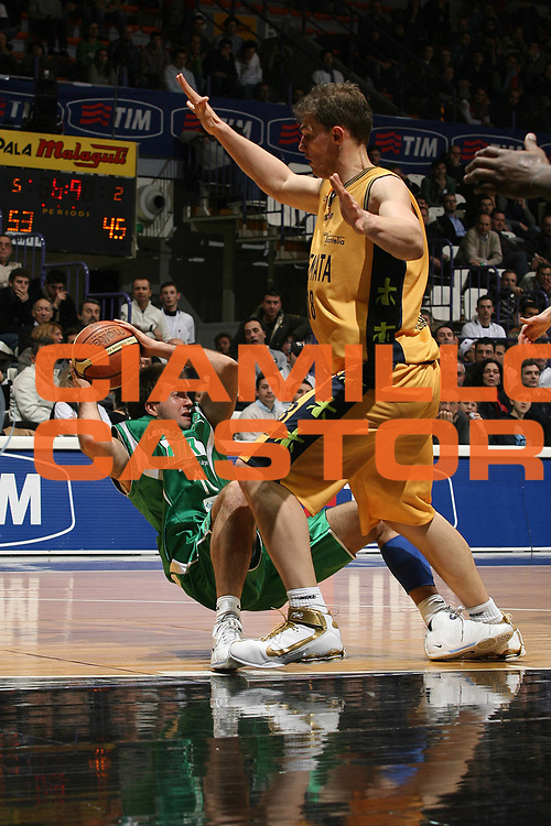 DESCRIZIONE : Bologna Final Eight 2008 Quarti di Finale Premiata Montegranaro Air Avellino<br /> GIOCATORE : Daniele Cavaliero Caduta  <br /> SQUADRA : Air Avellino<br /> EVENTO : Tim Cup Basket For Life Coppa Italia Final Eight 2008 <br /> GARA : Premiata Montegranaro Air Avellino<br /> DATA : 08/02/2008 <br /> CATEGORIA : Passaggio Curiosita<br /> SPORT : Pallacanestro <br /> AUTORE : Agenzia Ciamillo-Castoria/M.Marchi