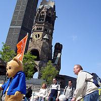 Duitsland.Berlin. 14 mei 2005. .Berlijn (Duits: Berlin) is de hoofdstad van Duitsland en als stadstaat een deelstaat van dat land. Het is een metropool en de grootste stad van het land, met 3.415.742 inwoners. Het is tevens de op één na grootste stad in de Europese Unie..Berlijn geldt in Europa als één van de grootste culturele, politieke en wetenschappelijke centra. De stad is ook bekend vanwege het hoog-ontwikkelde culturele leven (festivals, nachtleven, musea, kunsttentoonstellingen enz.) en de liberale levensstijl, moderne zeitgeist en de lage kosten. Bovendien is Berlijn één van de groenste steden van Europa: 18% van Berlijn bestaat uit natuur en parken en 7% uit meren, rivieren en kanalen..De stad ligt in het noordoosten van het land, aan de rivier de Spree en wordt omsloten door de deelstaat Brandenburg, waarvan ze sinds 1920 geen deel meer uitmaakt..Op de foto Kurfurstendamm.