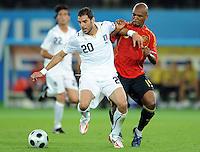 FUSSBALL EUROPAMEISTERSCHAFT 2008  Spanien - Italien    22.06.2008 Simone Perrotta (ITA, links) gegen Marcos Senna (ESP).