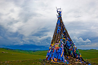 Mongolie, Arkhangai, La vallee de la la Steppe Jaune, Ovo, monument bouddhiste et chamanique // Mongolia, Arkhangai, Yellow Steppe valley, Ovo, buddhist and shaman monument