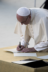 September 20, 2016 - Assisi, Umbria, Italy - Pope Francis  signs the book of prayer and peace during a peace ceremony with representatives from different religious traditions in the square outdoor the St Francis basilica in Assisi on September 20, 2016. (Credit Image: © Massimo Valicchia/NurPhoto via ZUMA Press)