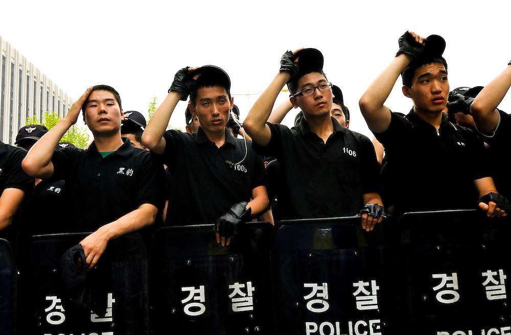 A group of Christian pastors clashed with police officers during demonstrations demanding the renegotiation of a trade deal with the United States in Seoul, 2008.
