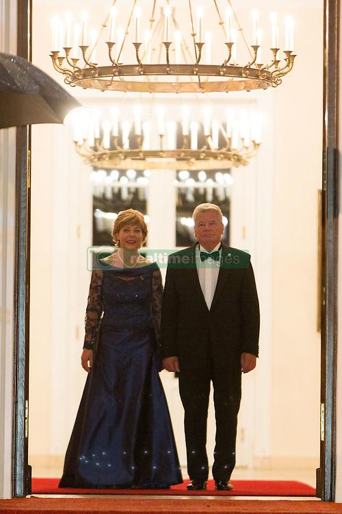 Bundespr&auml;sident Joachim Gauck und Lebensgef&auml;hrtin Daniela Schadt bei der Ankunft zum Abendessen im Schloss Bellevue in Berlin / 051016<br /> <br /> ***State visit of the Swedish Royal Couple in Germany: Dinner at Bellevue Palace in Berlin, October 5, 2016***