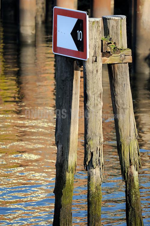 Schifffahrtszeichen Fahrwassereinengung