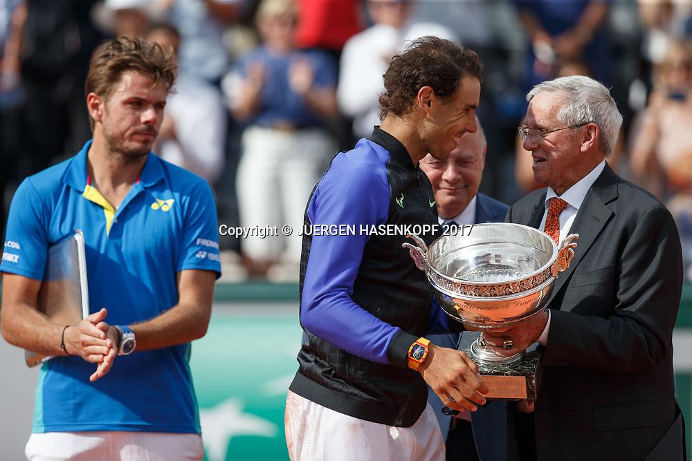 Tennis Legende Roy Emerson (AUS) ueberreicht den Pokal an RAFAEL NADAL (ESP),Fianlis STAN WAWRINKA schaut zu, Siegerehrung, Praesentation<br /> <br /> Tennis - French Open 2017 - Grand Slam / ATP / WTA / ITF -  Roland Garros - Paris -  - France  - 11 June 2017.