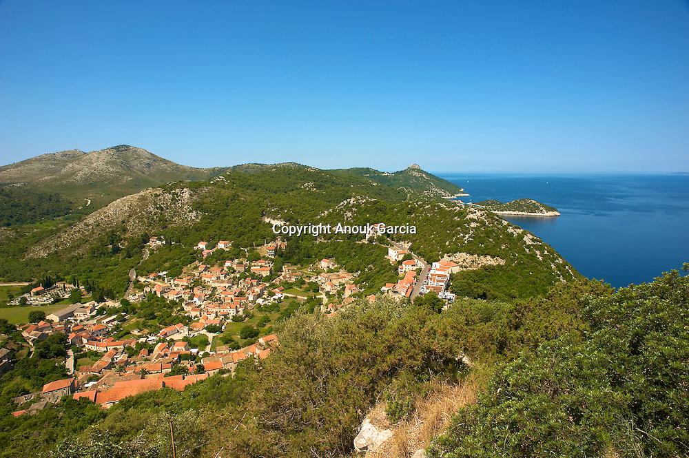 Ile repère pour les pirates. Le village de Lastovo a été construit dos à la mer.