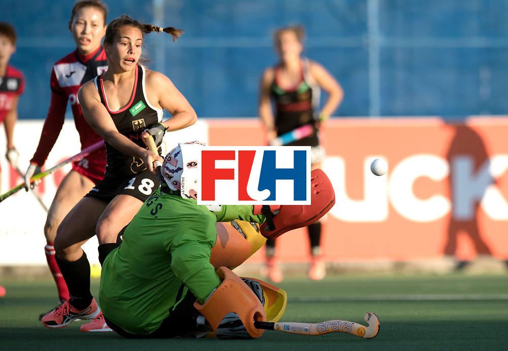 AUCKLAND - Sentinel Hockey World League final women<br /> Match id: 10303<br /> 13 GER v KOR (QF) 3-3<br /> Korea in to semi after shoot out.<br /> Foto:  Soo Ji Jang (Gk) safe for Lisa Altenburg (C) <br /> WORLDSPORTPICS COPYRIGHT FRANK UIJLENBROEK