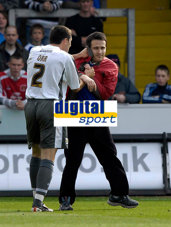Photo: Jed Wee/Sportsbeat Images.<br /> Carlisle United v Bristol City. Coca Cola League 1. 21/04/2007.<br /> <br /> Bristol City's Bradley Orr (L) squares up to a fan who ran onto the pitch.