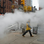 New York pedestrians passing by a steam pipe in Chinatown  / pietons passant dans les fumees de vapeur du chauffage urbain