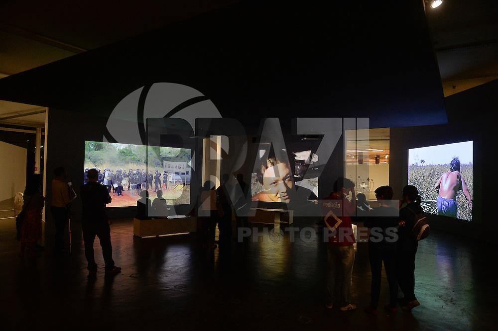 """SÃO PAULO, SP, 08.09.2016 - BIENAL-SP - Público acompanha as obras da 32º Bienal de São Paulo, no Pavilhão da Bienal no Parque do Ibirapuera em São Paulo, na tarde desta quinta feira, 08. Sob o título """"Incerteza Viva"""", a 32a Bienal de São Paulo busca refletir sobre as atuais condições da vida e as estratégias oferecidas pela arte contemporânea para acolher ou habitar incertezas. (Foto: Levi Bianco\Brazil Photo Press)"""