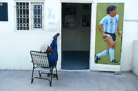 Pakistan. Karachi. Quartier de Lyari. Gardien d'un club de football avec la photo de Maradona. // Pakistan. Krachi. Lyari area. Local football club with Maradona picture. // Pakistan, Shiddi, the black of Pakistan with African origine