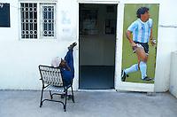 Pakistan. Karachi. Quartier de Lyari. Gardien d'un club de football avec la photo de Maradona. // Pakistan. Krachi. Lyari area. Local football club with Maradona picture. // Pakistan, Shiddi, the black of Pakistan with African origine