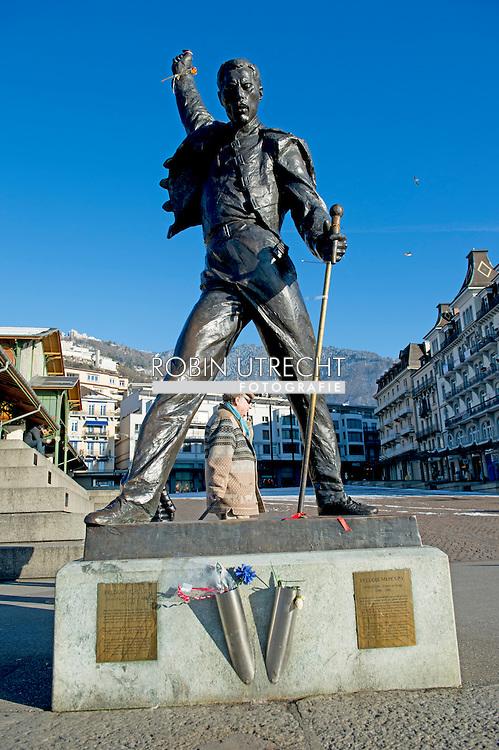 MONTREUX - Freddy Mercury Statue in Montreux, Switzerland > Standbeeld aan het Meer van Genève op het Place du Marché in Montreux COPYRIGHT ROBIN UTECHT