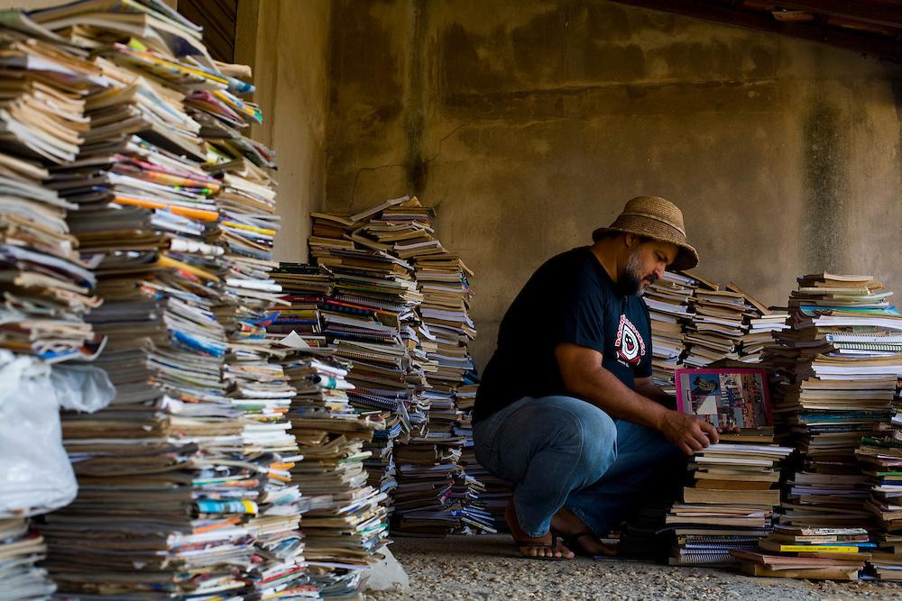 Pirapora_MG, Brasil...Leo do Peixe mantem um circulo de leitura. Na foto, um dos depositos de livro utilizados pelo Leo do Peixe...The Leo do Peixe, He maintains a circle of reading. In the photo, the books deposit.. .Foto: LEO DRUMOND / NITRO