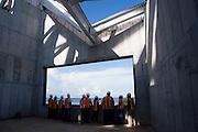 El edificio Puente de Vida, que está siendo diseñado por una de las principales firmas de arquitectura del mundo -- Frank O. Gehry & Asociados -- será un icono nuevo para Panamá. Además, va a ser un edificio impactante, muy diferente a ninguna otra estructura que sus visitantes hayan visto...Localizado en un hermoso parque que resalta la diversidad de vida natural en Panamá, el edificio estará compuesto de pabellones que contienen exhibiciones interactivas que permiten al visitante acercarse a la naturaleza.