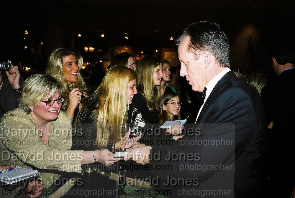 James Woods signing autographs. Post Golden Globes party. Beverley Hilton. 21 January 2001. © Copyright Photograph by Dafydd Jones 66 Stockwell Park Rd. London SW9 0DA Tel 020 7733 0108 www.dafjones.com