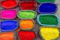 Nepal. Vallee de Katmandou. Temple hindou de Pashupatinath. Poudre de couleurs pour offrandes. // Nepal. Kathmandu valley. Hindu Temple of Pashupatinath. Offering color powders.