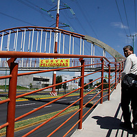 Toluca, México.- A pesar de que las mantas instaladas en Boulevard Aeropuerto avisando a los automovilistas de los accidentes que ocurren en esta vía,  fueron robadas y quitadas de los puentes vehiculares, los empresarios de la zona continúan con su campaña de informar a los usuarios sobre la peligrosidad de esta vía de comunicación. Agencia MVT / Crisanta Espinosa