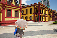 People passing by the Instituto Cultural colonial facade.