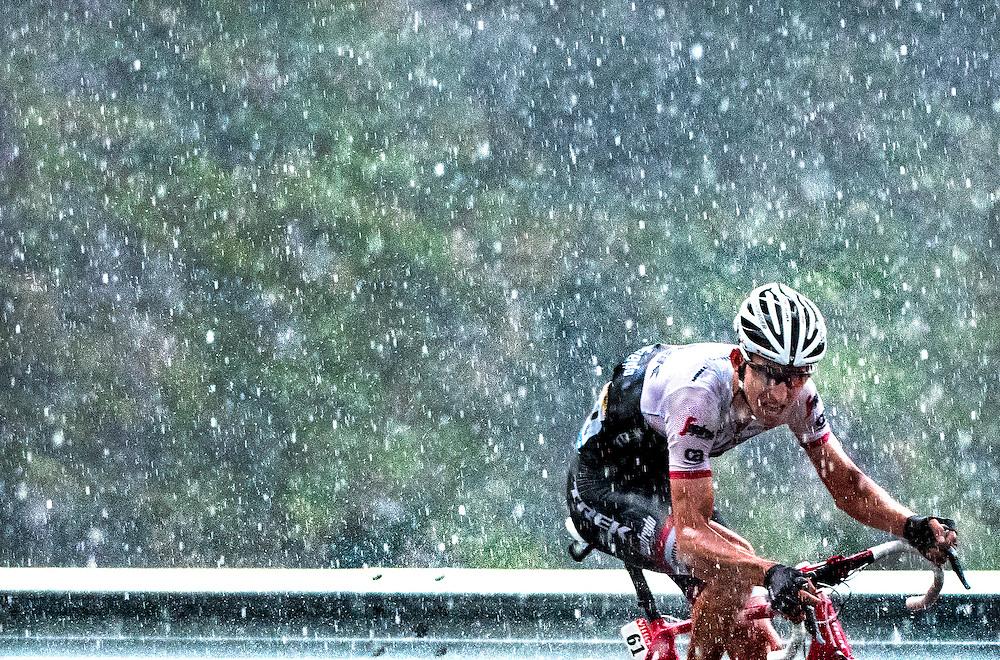 Frankrijk, Andorra Arcalis, 10-07-2016<br /> Wielrennen, Tour de France, 9e etappe.<br /> Van Vielha Val D&rsquo;Aran naar Andorra Arcalis.<br /> Bauke Mollema van de Trek ploeg tijdens de beklimming van de Andorra Arcalis in de stromende regen en de dikke hagelstenen.<br /> Foto: Klaas Jan van der Weij