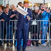 NLD/Tilburg//20170403 - Koningsdagconcert in Tilburg 2017, Koning Willem Alexander  neemt een tekening in ontvangst