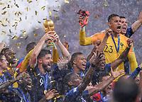 FUSSBALL  WM 2018  FINALE  ------- Frankreich - Kroatien    15.07.2018 Frankreich ist Weltmeister 2018 und Olivier Giroud (Frankreich) reisst den WM Pokal in die Hoehe und Kylian Mbappe (re) jubelt mit.