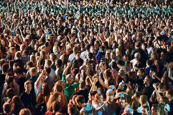 Nederland, Nijmegen, 16-7-2014 Recreatie, ontspanning, cultuur, dans, theater en muziek in de binnenstad tijdens de zomerfeesten. Hier op de Waalkade. Een van de tientallen feestlocaties in de stad. Onlosmakelijk met de vierdaagse, 4daagse, zijn in Nijmegen de vierdaagse feesten, de zomerfeesten. talrijke podia staat een keur aan artiesten, voor elk wat wils. Een week lang elke avond komen tegen de honderdduizend bezoekers naar de stad. De politie heeft inmiddels grote ervaring met het spreiden van de mensen, het zgn. crowd control.De vierdaagsefeesten zijn het grootste evenement van Nederland en verbonden met de wandelvierdaagse. Jongeren, massa,mensenmassa,uitgaan,vertier,plezier,nix,joing,uitgaanspubliek,Foto: Flip Franssen/Hollandse Hoogte
