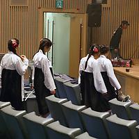 """SEOUL, Oct. 25, 2006: eine Nordkoreansiche Popband marschiert zur Buehne, um das Lied """" warten auf den grossen Tag """" ( der Wiedervereinigung...) aufzunehmen.  Die 5 Maedchen wurden von einem Manager im Trainingszentrum fuer Nordkoreanische Fluechtlinge in Seoul entdeckt. der Manager hofft nun, die Maedchen landesweit bekannt zu machen."""