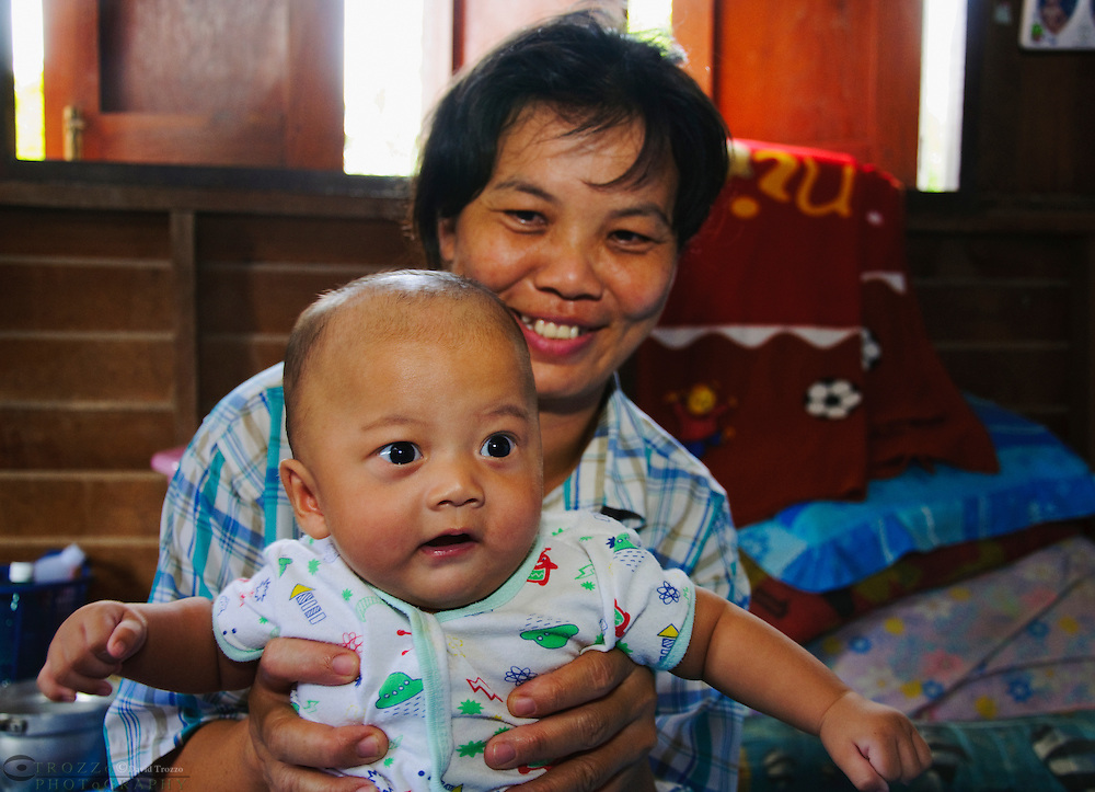 Thai Baby and mother, Damnoen Saduak, Thailand