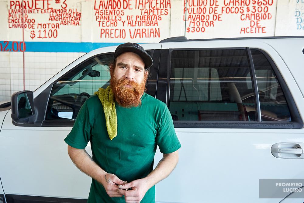 Elio Ramírez, born in Jalisco and deported from the US, works in a car wash business facility in Zona Norte, Tijuana.. // Elio Ramírez, nacido en Jalisco y deportado de los Estados Unidos, trabaja en un lavado de autos en la Zona Norte de Tijuana. (Prometeo Lucero)