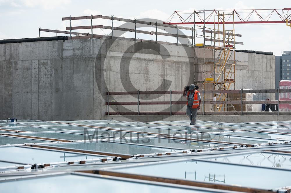 Bauarbeiter arbeiten auf dem Dach der Baustelle des Humboldt Forum am 03.06.2016 in Berlin, Deutschland. Zu den diesj&auml;hrigen Tagen der offenen Baustelle am 11. und 12. Juni &ouml;ffnet die Stiftung Humboldt Forum im Berliner Schloss unter anderem die Dachterrasse f&uuml;r das Publikum. Foto: Markus Heine / heineimaging<br /> <br /> ------------------------------<br /> <br /> Ver&ouml;ffentlichung nur mit Fotografennennung, sowie gegen Honorar und Belegexemplar.<br /> <br /> Bankverbindung:<br /> IBAN: DE65660908000004437497<br /> BIC CODE: GENODE61BBB<br /> Badische Beamten Bank Karlsruhe<br /> <br /> USt-IdNr: DE291853306<br /> <br /> Please note:<br /> All rights reserved! Don't publish without copyright!<br /> <br /> Stand: 06.2016<br /> <br /> ------------------------------auf der Baustelle des Humboldt Forum am 03.06.2016 in Berlin, Deutschland. Zu den diesj&auml;hrigen Tagen der offenen Baustelle am 11. und 12. Juni &ouml;ffnet die Stiftung Humboldt Forum im Berliner Schloss unter anderem die Dachterrasse f&uuml;r das Publikum. Foto: Markus Heine / heineimaging<br /> <br /> ------------------------------<br /> <br /> Ver&ouml;ffentlichung nur mit Fotografennennung, sowie gegen Honorar und Belegexemplar.<br /> <br /> Bankverbindung:<br /> IBAN: DE65660908000004437497<br /> BIC CODE: GENODE61BBB<br /> Badische Beamten Bank Karlsruhe<br /> <br /> USt-IdNr: DE291853306<br /> <br /> Please note:<br /> All rights reserved! Don't publish without copyright!<br /> <br /> Stand: 06.2016<br /> <br /> ------------------------------