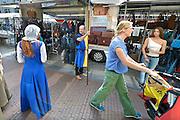 Nederland, Nijmegen, 29-8-2014 Gebroeders van Limburg festival. In de late Middeleeuwen was Nijmegen met de Valkhofburcht de belangrijkste stad in hertogdom Gelre. De drie rond 1380 in Nijmegen geboren gebroeders van Limburg waren beroemde tekenaars en kopiisten die vooral aan het franse hof furore maakten. Met het Gebroeders van Limburgfestival eert de stad hen. Het festival is geinspireerd op de miniaturen die zij maakten, waarbij figuranten, re-enactors het dagelijks leven naspelen. Foto: Flip Franssen/Hollandse Hoogte