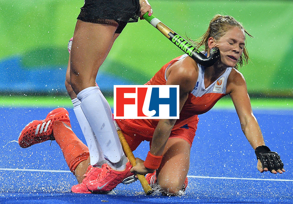 TOPSHOT - Netherland's Kitty van Male (R) is hit on the face by Argentina's Agustina Habif during the women's quarterfinal field hockey Netherland vs Argentina match of the Rio 2016 Olympics Games at the Olympic Hockey Centre in Rio de Janeiro on August 15, 2016.  / AFP / Carl DE SOUZA        (Photo credit should read CARL DE SOUZA/AFP/Getty Images)