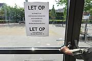Nederland, Malden, 27-6-2017Vandaag staken de leerkrachten van het basisonderwijs het eerste uur van de dag. Ze zijn wel aanwezig op school.Foto: Flip Franssen