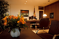 27.01.1999, Deutschland/Bonn:<br /> Otto Schily, SPD; Bundesinnenminister, telefoniert in seinem Büro, Bundesinnenministerium, Bonn<br /> IMAGE: 19990127-03/02-04