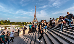 THEMENBILD - Blick auf den Eiffelturm bei Sonnenschein, aufgenommen am 09. Juni 2016 in Paris, Frankreich // View of the Eiffel Tower at sunshine, Paris, France on 2016/06/09. EXPA Pictures © 2017, PhotoCredit: EXPA/ JFK