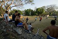Panamá, 21 de Enero 2010.  Jóvenes reunidos y jugando fútbol en el complejo de ruinas de Panamá Viejo..Panamá Viejo es el nombre con que se conoce a los vestigios arquitectónicos del Conjunto Monumental Histórico de la primera ciudad española, fundada en la costa del Pacífico de América el 15 de agosto de 1519 por Pedro Arias de Ávila. Panamá Viejo fue declarado Conjunto Monumental Histórico por el Gobierno de Panamá mediante la ley 91 del 22 de diciembre de 1976..Foto: Ramon Lepage / Istmophoto..