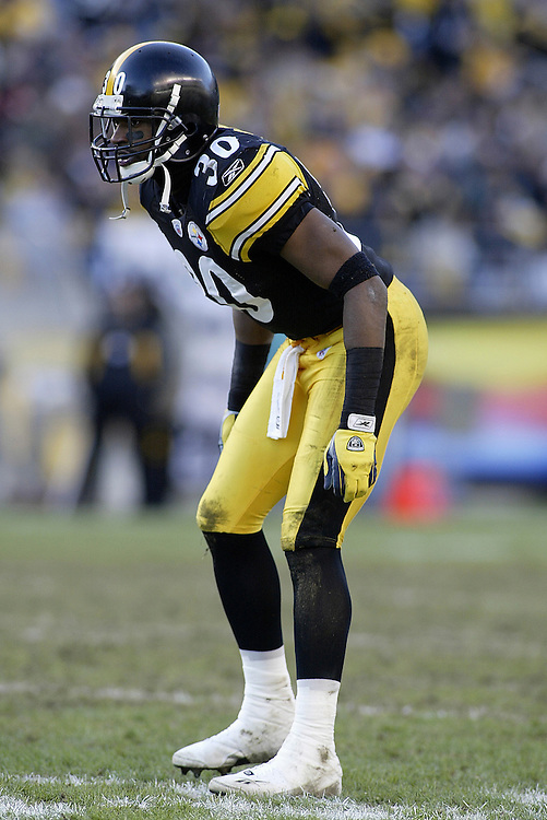 Defensive back Chad Scott of the Pittsburgh Steelers awaits the play during their 24-20 defeat to the Cincinnati Bengals on 11/30/2003. ©JC Ridley/NFL Photos.