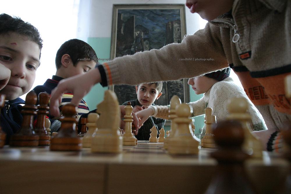 """Kinder-Schachtunier im """"Haus der Kreativen"""". Südossetien erklärte sich 1990 selbsständig und konnte den folgenden Sezessionskrieg gegen die Georgier für sich entscheiden. Zwischen Georgien und der abtrünnigen Region, die den Anschluß an die Russische Förderation fordert, kommt es trotz des Waffenstillstandsabkommens von 1992 immer wieder zu bewaffneten Ausseinandersetzungen. (Childrens chess contest in the """"house of creatives"""". South Ossetia is a de facto independent republic located within the internationally recognized borders of Georgia. Although this former Soviet autonomous region has declared its independence in 1990. After the following civil war between georgians and ossetians ends in 1992, most parts of the territory is ossetian controlled, while some villages with georgian population are administrated by an georgian """"Alternative Government"""".)"""