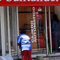 Toluca, Mex.- Bancos de la ciudad como una forma de evitar contagios por Influenza H1N1 mantiene personal de limpieza a fuera de los cajeros para que sean desinfectados constantemente, debido a la afluencia de gente que tienen estos lugares. Agencia MVT / Crisanta Espinosa. (DIGITAL)