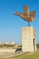 Inde, Punjab et Haryana, Chandigarh, sculpture de la Main Ouverte de Le Corbusier // India, Punjab and Haryana, Chandigarh, Open Hand sculpture by Le Corbusier
