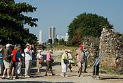 Panamá, 21 de Enero 2010. Turistas de visita en  Panamá Viejo. .Panamá Viejo es el nombre con que se conoce a los vestigios arquitectónicos del Conjunto Monumental Histórico de la primera ciudad española, fundada en la costa del Pacífico de América el 15 de agosto de 1519 por Pedro Arias de Ávila. Panamá Viejo fue declarado Conjunto Monumental Histórico por el Gobierno de Panamá mediante la ley 91 del 22 de diciembre de 1976..Foto: Ramon Lepage / Istmophoto..