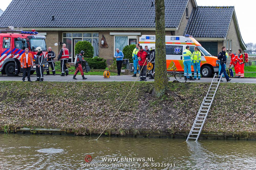 Lijnden, 07-11-2012. Ambulances, Traumahelikopter, Brandweer en politie rukten vanmiddag massaal uit na een melding dat een man mogelijk te water was geraakt. Eerder die dag werd een man gezien met een fiets die steeds viel. Even later werd slechts de fiets lang het water aan de Hoofdweg te Lijnden aangetroffen. Van de man was geen spoor te bekennen. Duikers van de Brandweer zochten rond de plaats waar de fiets werd aangetroffen de Hoofdvaart af. Rond 14.30 uur werd het zoeken gestaakt. Op de foto staat de bedoelde fiets tegen een boom. Foto JOVIP/JOHN VAN IPEREN